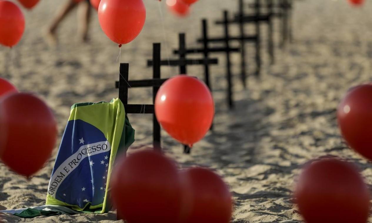 ONG Rio de Paz faz ato pelas 100 mil vítimas da Covid-19, a marca que o Brasil atingiu, neste sábado, de acordo com o consórcio de veículos de imprensa Foto: Gabriel de Paiva / Agência O Globo