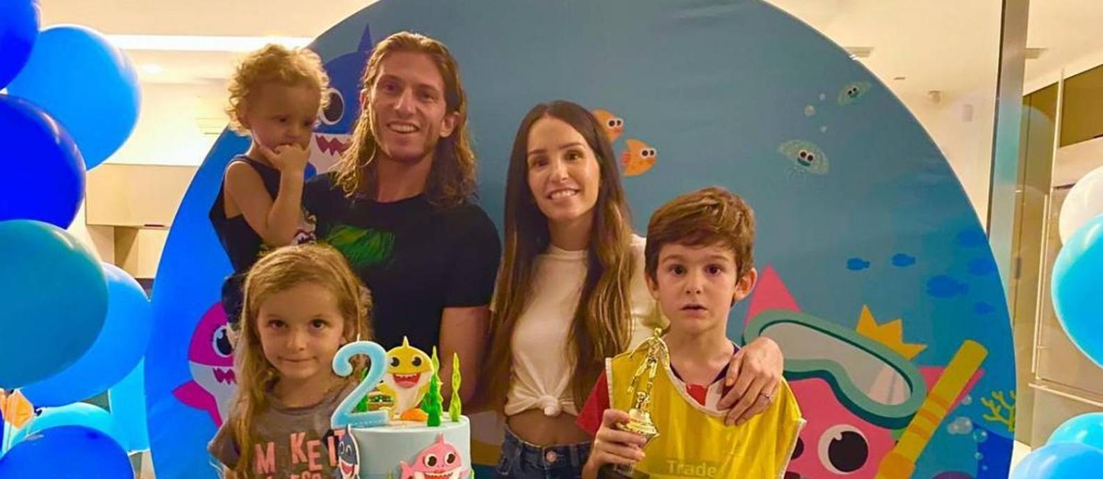 Filipe Luís ao lado de Patrícia e os filhos Lucas (no colo), Sara e Tiago Foto: Arquivo pessoal