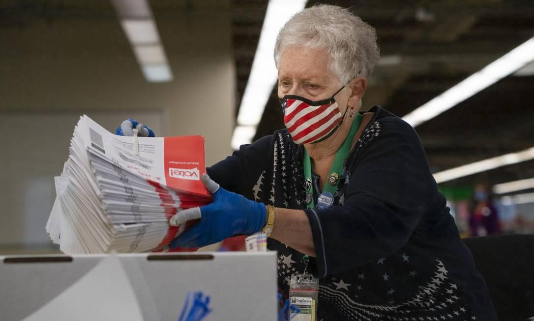 Jan Reese participa da contagem de votos após as primárias no estado de Washington Foto: RUTH FREMSON / NYT / 4-8-2020