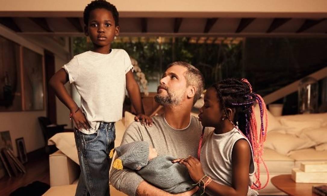 Amor de pai: Bruno Gagliasso com Bless, Titi e Zyan Foto: Wendy Andrade
