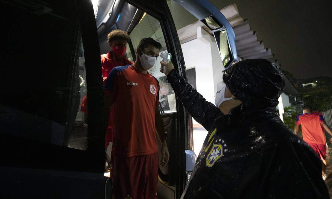 Medição de temperatura na chegada ao estádio Foto: Lucas Figueiredo/CBF