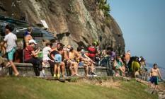 Aglomeração e pessoas sem máscara na mureta do Leme, na manhã deste domingo Foto: Hermes de Paula / Agência O Globo
