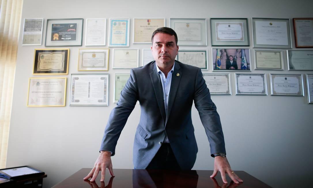 No gabinete. O senador Flávio Bolsonaro em Brasília: defesa nega irregularidades na sua movimentação financeira Foto: Pablo Jacob / Agência O Globo