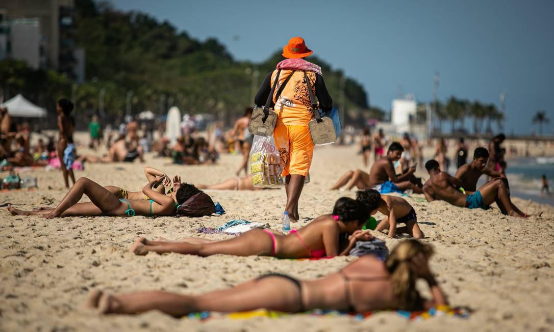 Em Ipanema e no Leblon, muitos banhistas na areia mesmo sem a autorização da prefeitura no fim de semana Foto: Hermes de Paula / O Globo