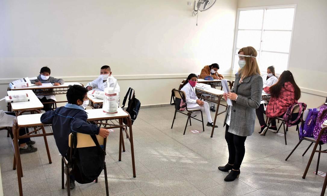 Alunos voltam às aulas na província de San Juan, na Argentina Foto: RUBEN PARATORE / AFP