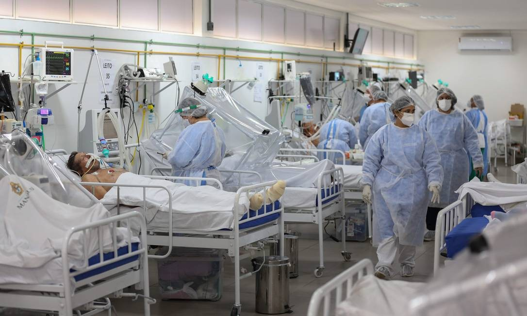 Enfermeiros acompanham pacientes da Unidade de Terapia Intensiva da Covid-19 do Hospital Gilberto Novaes, em Manaus Foto: MICHAEL DANTAS / MICHAEL DANTAS/AFP/20-5-2020