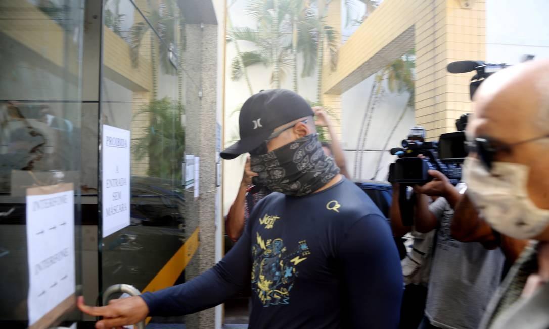 Diego Alves da Silva chega para prestar depoimento Foto: Antonio Scorza / Agência O Globo