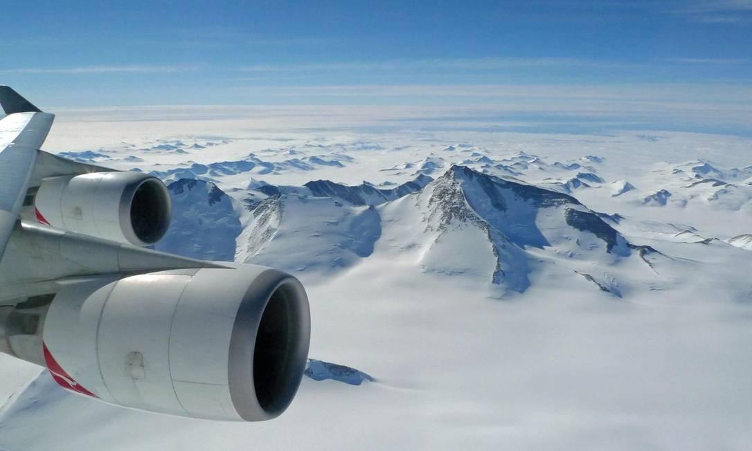 Montanhas cobertas de gelo e neve na Antártica, vistas a partir da janela do avião da Qantas que faz voo panorâmico no continente Foto: Facebook/Antarctica Flights / Reprodução