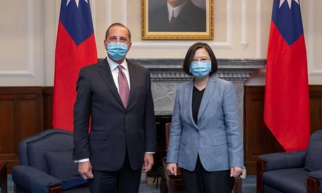 Secretário de Saúde dos EUA, Alex Azer, durante reunião com a presidente de Taiwan, Tsai Ing-wen Foto: Taiwan Presidential Office / via REUTERS