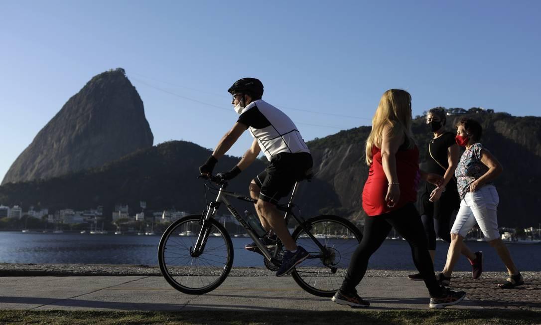 Exercício e caminhada pelo Aterro do Flamengo: aos poucos, cariocas tentam se adaptar ao 'novo normal' no Rio, mas muitos ainda desrespeitam regras de isolamento e uso de máscaras Foto: Luiza Moraes / Agência O Globo