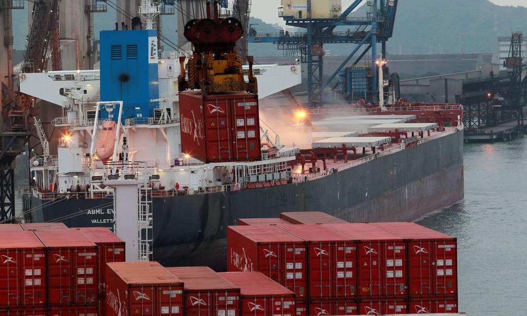 Governo quer abrir mercado de cabotagem nos portos do Brasil. Na foto, o Porto de Santos Foto: Domingos Peixoto / Agência O Globo