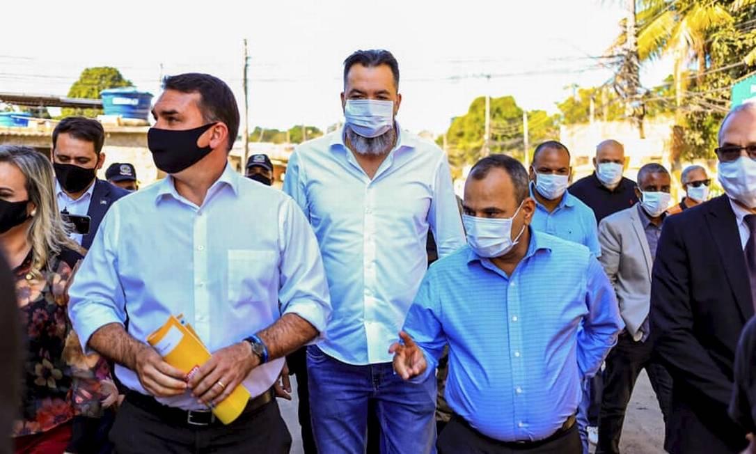O senador Flávio Bolsonaro (PRB-RJ) em caminhada por Belford Roxo com o prefeito da cidade, Waguinho (à direita), e o deputado estadual Márcio Canella (ao centro) Foto: Reprodução/Facebook