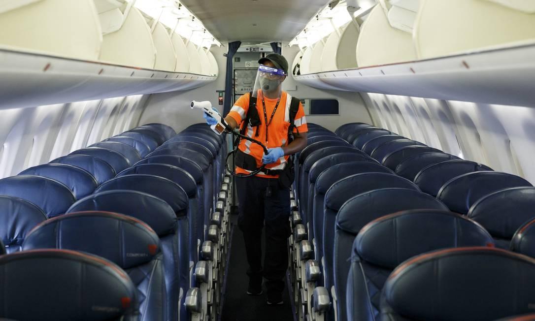 Avião da Delta Air Lines é desinfetado entre voos nos EUA Foto: STEFANO UKMAR / NYT