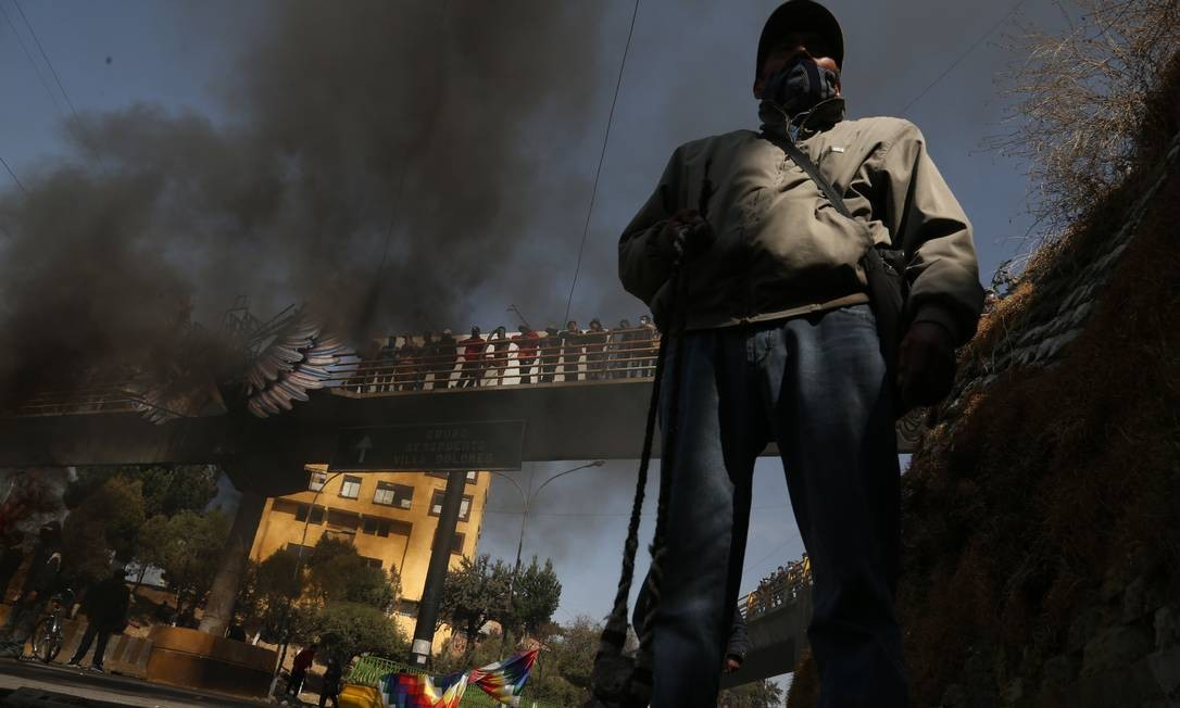 Manifestante bloqueia estrada em El Alto, na Bolívia, contra adiamento das eleições Foto: LUIS GANDARILLAS / AFP