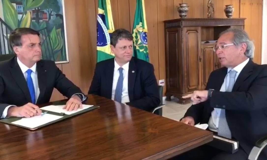 O presidente Bolsonaro, ao lado dos ministros Tarcísio Gomes de Freitas e Paulo Guedes Foto: Reprodução/Facebook