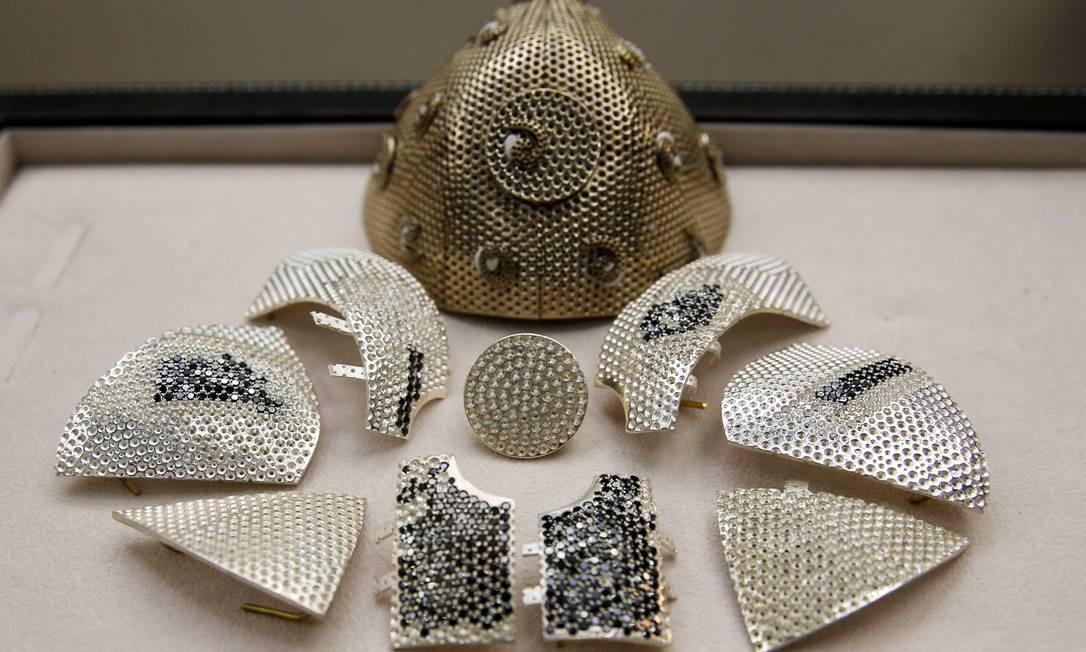 Partes da máscara de Covid de US$ 1,5 milhão que está sendo fabricada em Israel Foto: RONEN ZVULUN/REUTERS