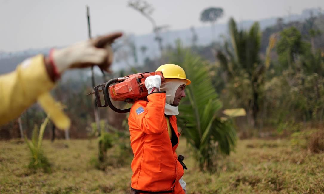 Membro da brigada de incêndio do Instituto Brasileiro do Meio Ambiente e dos Recursos Naturais Renováveis (Ibama) tenta controlar um incêndio em uma área da floresta amazônica, em Apuí, no Amazonas Foto: UESLEI MARCELINO / REUTERS
