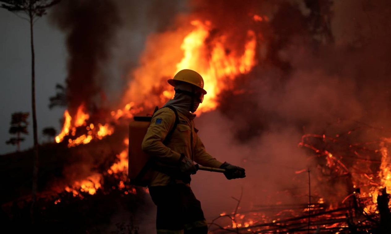 Membro da brigada de incêndio do Instituto Brasileiro do Meio Ambiente e dos Recursos Naturais Renováveis (Ibama) tenta controlar um incêndio em uma área da selva amazônica em Apuí, Estado do Amazonas Foto: UESLEI MARCELINO / REUTERS