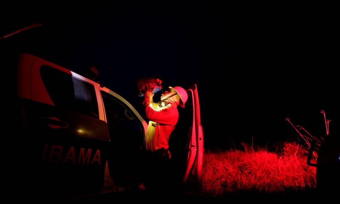 Membro da brigada de incêndio do Ibama bebe água, durante a dura missão de tentar controlar um incêndio em uma área da floresta amazônica perto de Apuí no Amazonas Foto: UESLEI MARCELINO / REUTERS