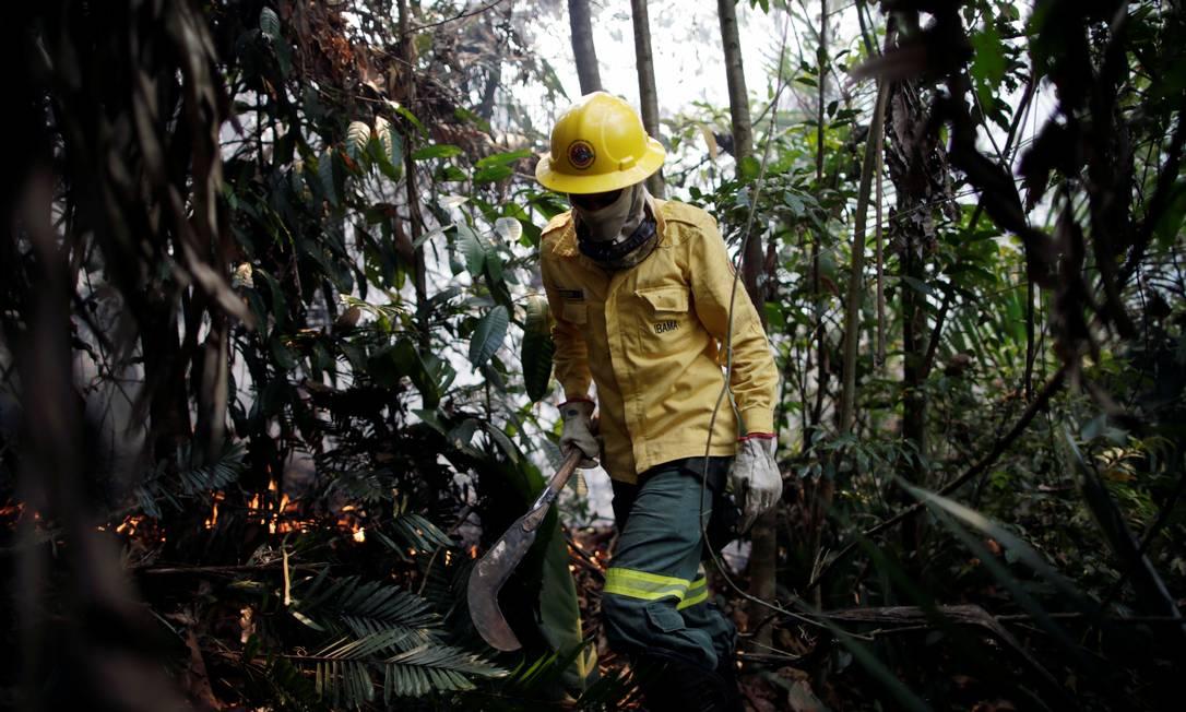 Membros da brigada de incêndio do Instituto Brasileiro do Meio Ambiente e dos Recursos Naturais Renováveis (IBAMA) tentam controlar pontos quentes em uma área da selva amazônica perto de Apuí, Estado do Amazonas, Brasil em 10 de agosto de 2020. Foto tirada em 10 de agosto de 2020. REUTERS / Ueslei Marcelino Foto: UESLEI MARCELINO / REUTERS
