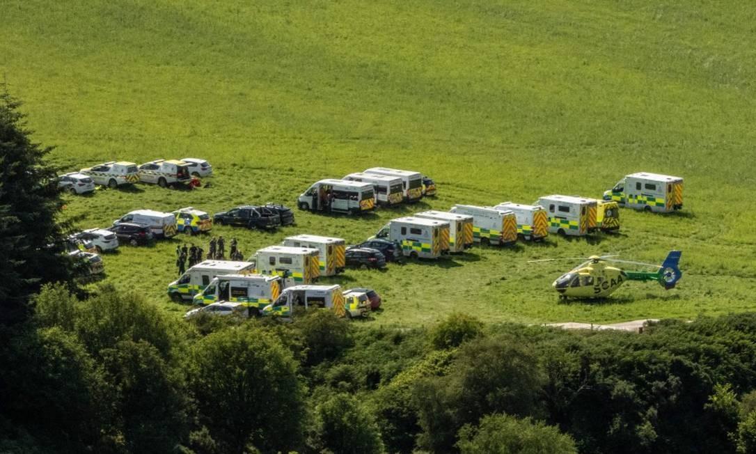 Ambulâncias e veículos de resgate de prontidão para ajudar vítimas de trem descarrilado Foto: MICHAL WACHUCIK / AFP