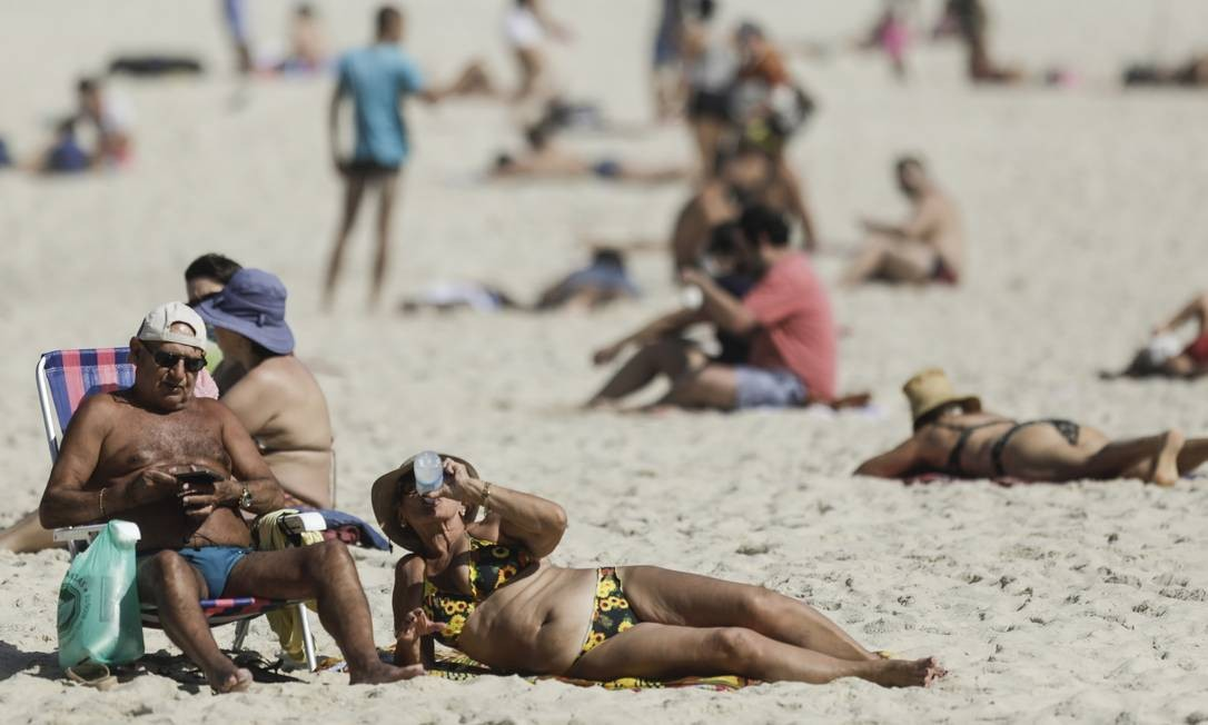 Sem máscaras e repousando na areia, pessoas mais uma vez compareceram a Copacabana, nesta quarta-feira Foto: Gabriel de Paiva / Agência O Globo