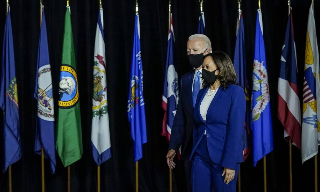 O ex-vice-presidente Joe Biden e Kamala Harris chegam como parceiros políticos na Alexis Dupont High School, em Wilmington, Delaware. Harris é a primeira mulher negra e a primeira pessoa de ascendência indiana a concorrer em uma chapa presidencial por um importante partido da História dos Estados Unidos Foto: Drew Angerer / AFP