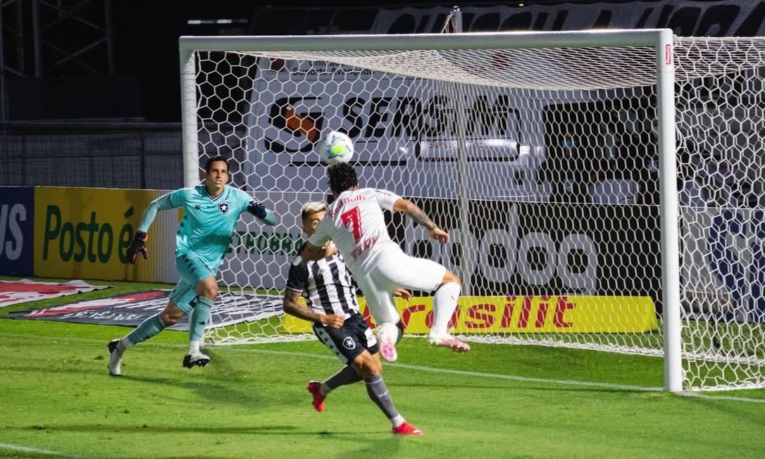 Gatito, goleiro do Botafogo, fica vendido no gol do Red Bull Bragantino Foto: Fotoarena / Agência O Globo