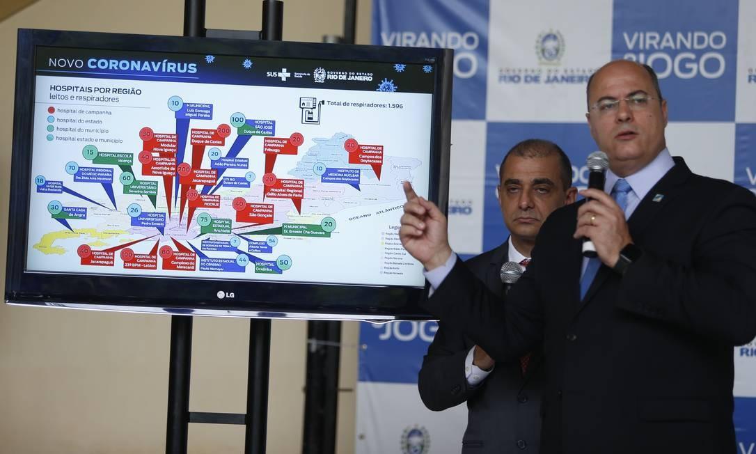 Witzel, no Palácio Guanabara, apresenta ao lado de Edmar Santos, então secretário de Estado de Saúde, estratégias de combate à Covid-19 Foto: Fabiano Rocha / Agência O Globo - 07/04/2020