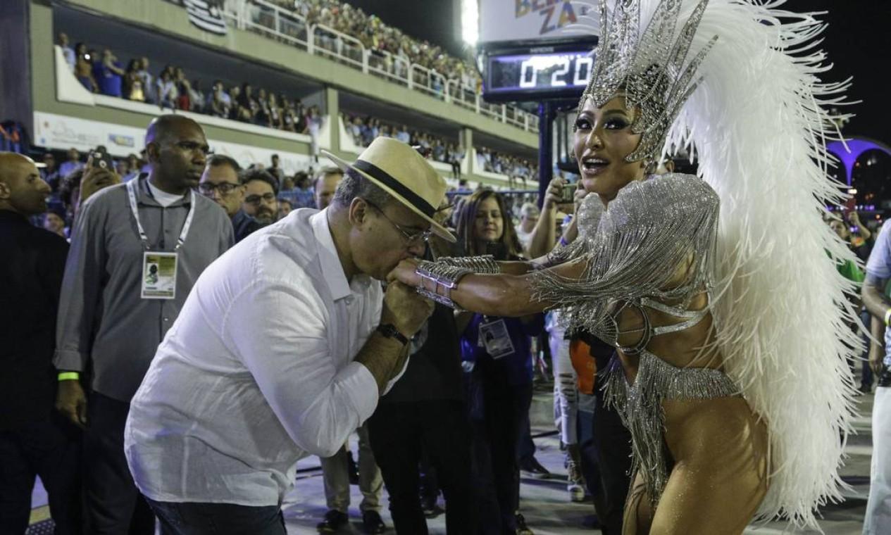 No carnaval, o governador Wilson Witzel beijas as mãos de Sabrina Sato durante desfile da Vila Isabel na Marquês de Sapucaí Foto: Gabriel Monteiro / Agência O Globo - 24/02/2020