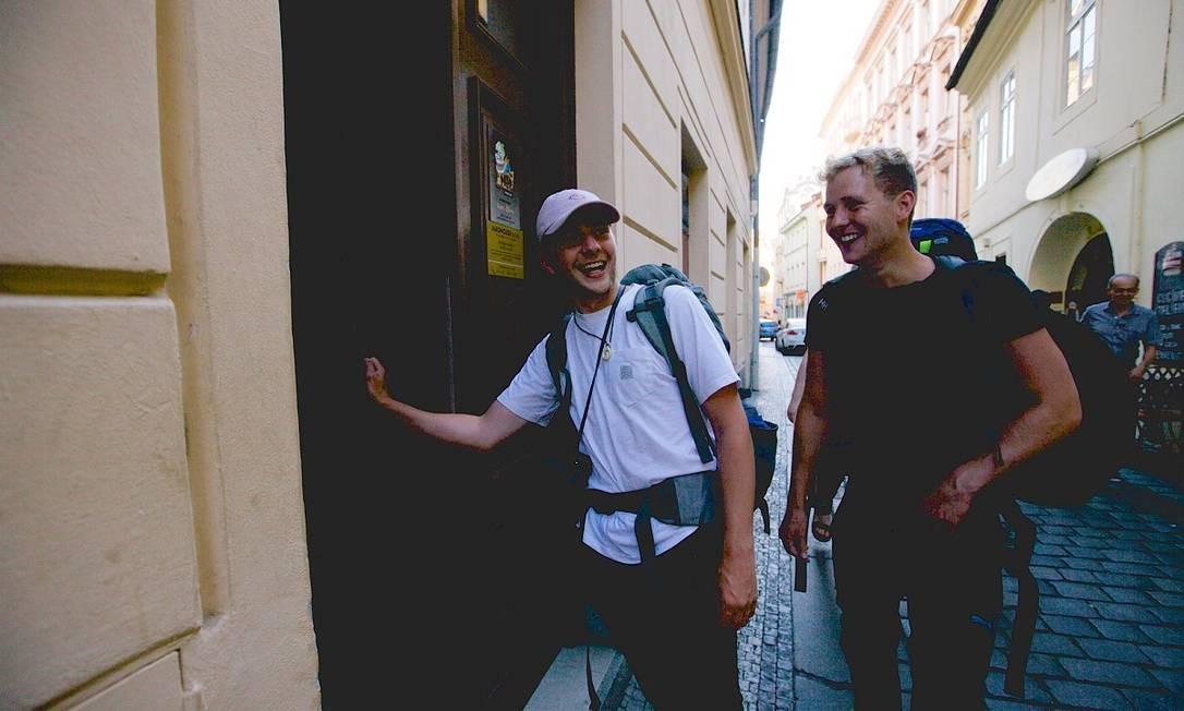 Mochileiros Pim Joosten e Han Welvaarts entram no hostel Madhouse, em Praga, na República Tcheca Foto: Pavel Horejsi / The New York Times