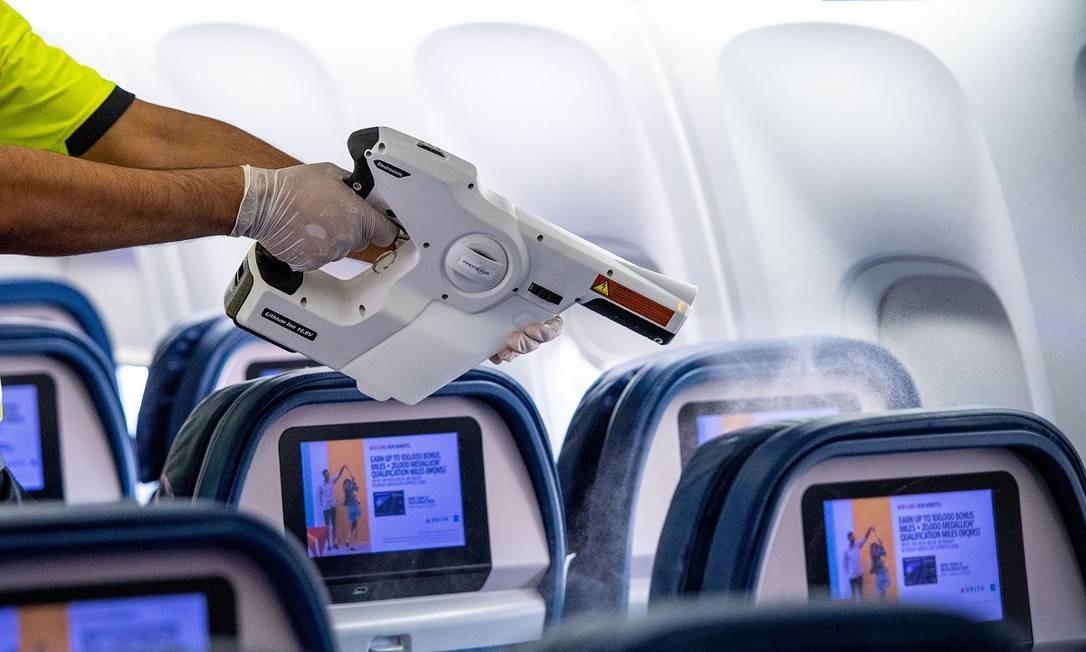 Funcionário da Delta desinfeta o interior de um Boeing 757 Foto: Chris Rank / Divulgação