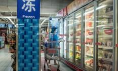 Consumidora em supermercado de Pequim Foto: Reuters/Thomas Peter
