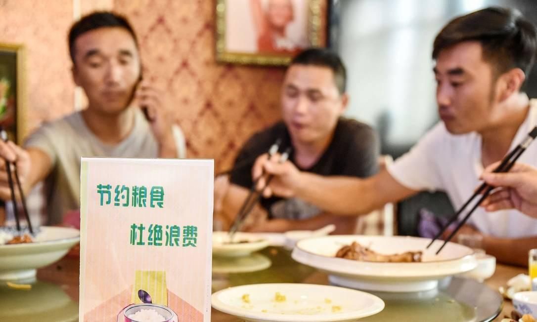 Chineses em um restaurante na cidade de Handan, na província de Hebei Foto: AFP