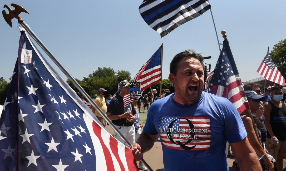 Apoiador do movimento QAnon durante protesto em Nova York Foto: STEPHANIE KEITH / REUTERS