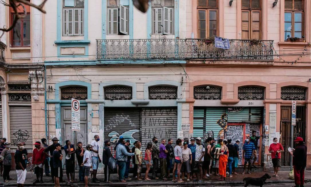 Fila diante da sede da Cia. Pessoal do Faroeste, na segunda (10), durante a distribuição de kits de higiene Foto: Luca Meola / Divulgação