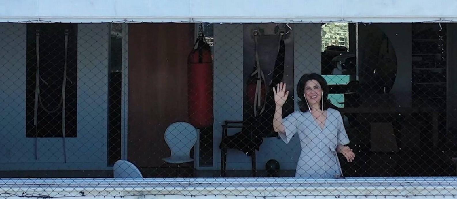 Fernanda Torres em sua janela, de onde deu entrevista Foto: Brenno Carvalho