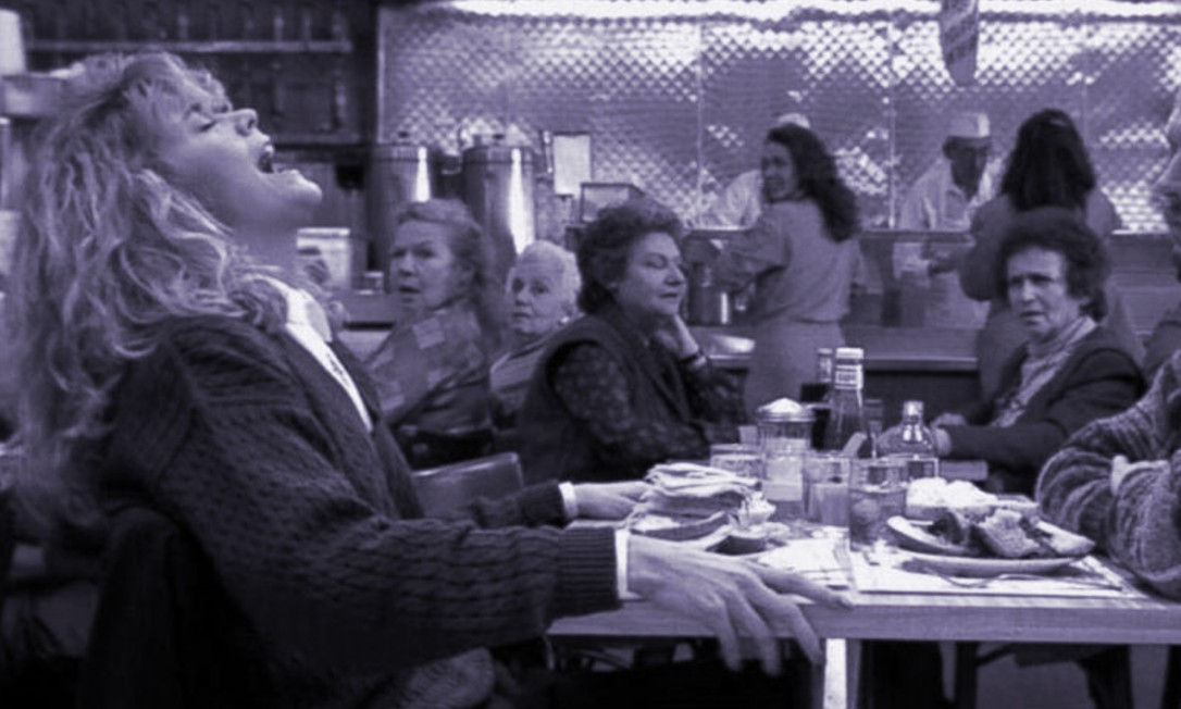 Meg Ryan e Billy Crystal na célebre cena de 'Harry e Sally - feitos um para o outro' em que ela simula um orgasmo Foto: Reprodução