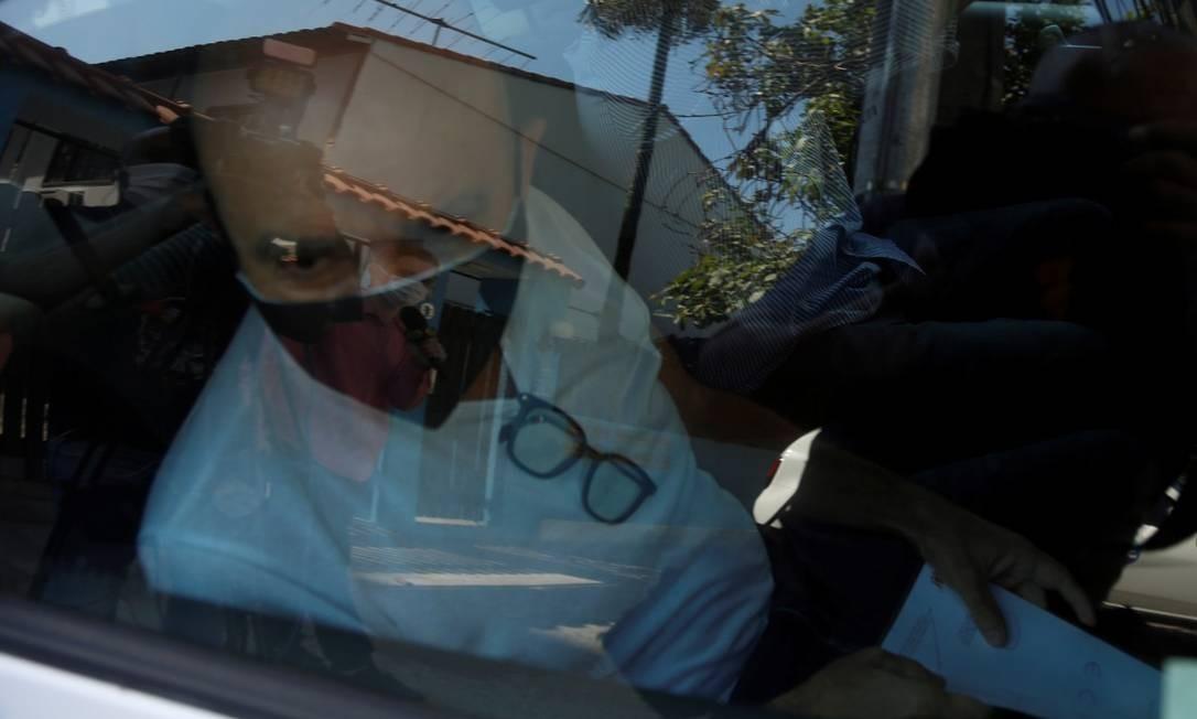 Queiroz deixa o apartamento em que cumpre prisão domiciliar para fazer exames Foto: Fabiano Rocha
