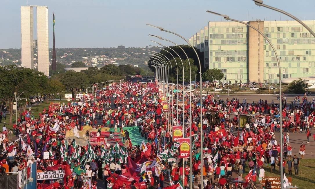 Manifestação de esquerda em Brasília contra o impeachment de Dilma Roussef Foto: André Coelho / Agência O Globo