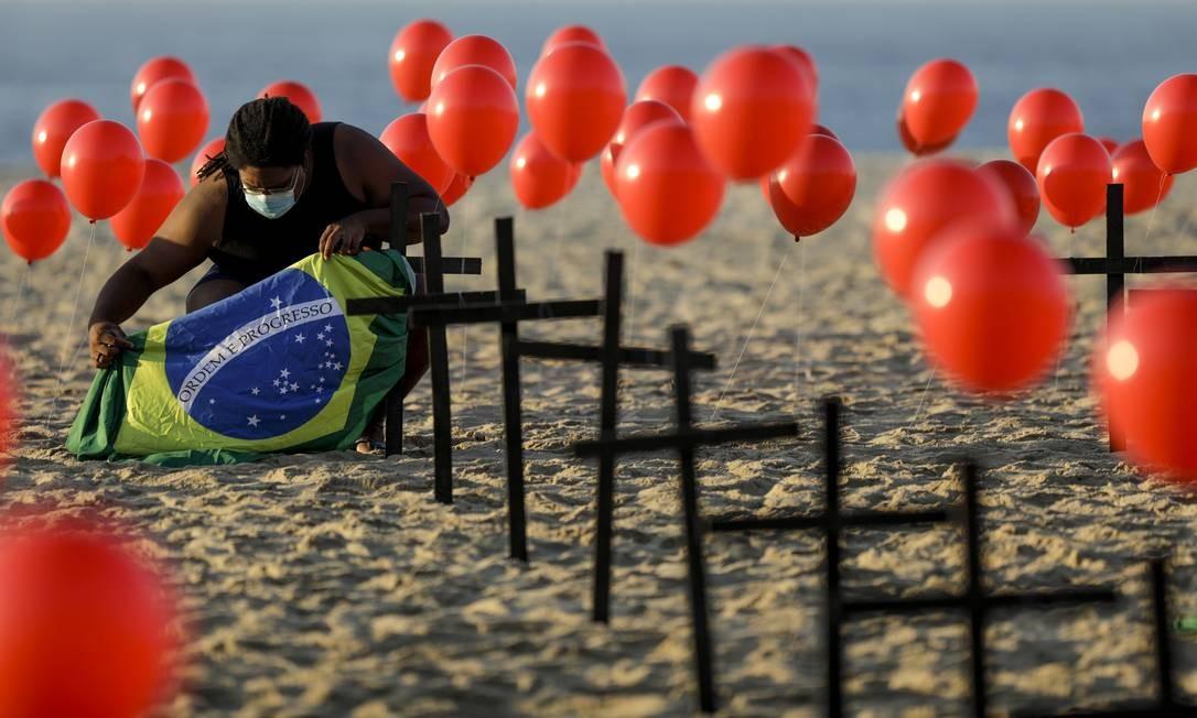 Protesto feito pela Ong Rio de Paz na praia de Copacabana relembrando as 100 mil pessoas que morreram no país por causa da Covid-19. Foto: Gabriel de Paiva 08/08/2020 / Agência O Globo
