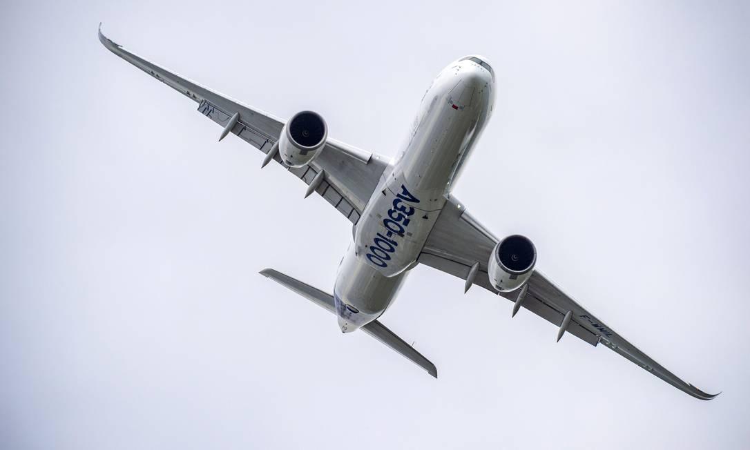 Um avião A350-1000, o mais moderno da linha produzida pela Airbus, num voo de demonstração na feira Paris Airshow 2019 Foto: Airbus / Divulgação