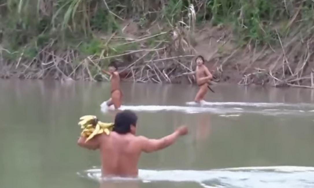 Contato feito em 2014 no mesmo rio Envira que agora volta a registrar nova incursão de outro grupo de índios isolados, no Acre Foto: Reprodução/2014