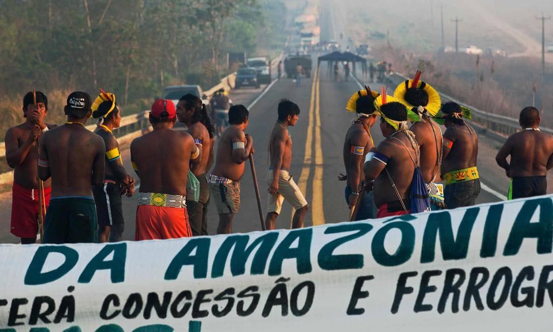 Membros da tribo Kayapó bloqueiam a rodovia BR-163, na altura do município de Novo Progresso, no estado do Pará Foto: JOAO LAET / AFP