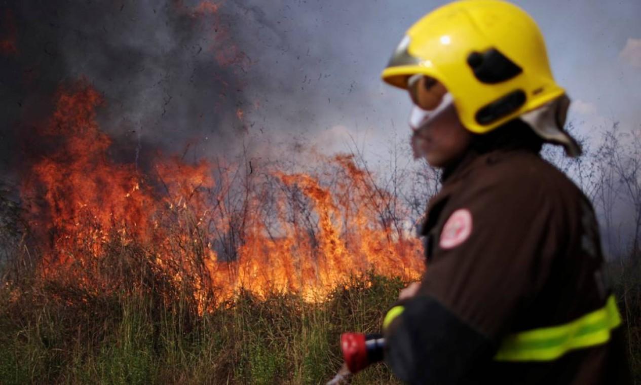 Moradores e bombeiros no noroeste do Brasil estão lutando contra os incêndios que assolam a Amazônia, destruindo terras agrícolas e ameaçando suas casas, em Porto Velho Foto: UESLEI MARCELINO / REUTERS