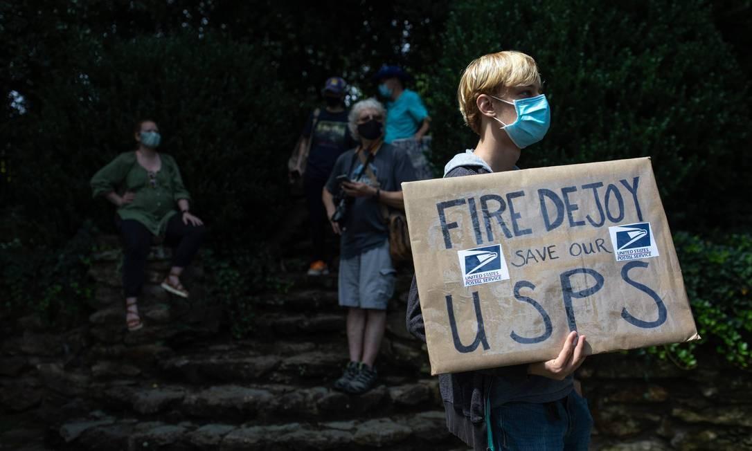 'Demitam DeJoy': manifestantes protestam em frente à casa do chefe dos Correios, na Carolina do Norte Foto: LOGAN CYRUS / AFP/16-08-2020