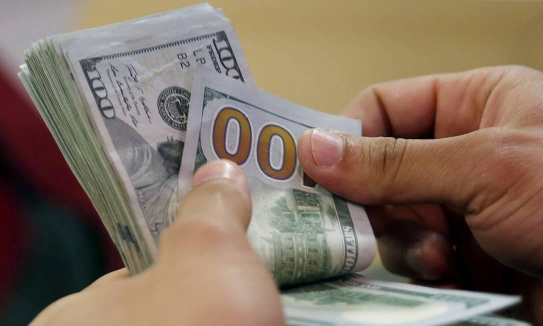 Noticiário positivo sobre tratamentos contra a Covid-19 fazem dólar recuar Foto: Amr Dalsh / Reuters