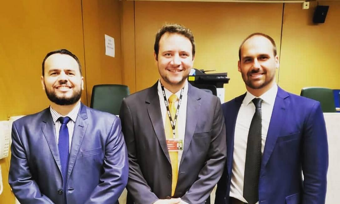 Felipe Carmona Cantera, ao centro, com Gil Diniz (à esq.) e Eduardo Bolsonaro, em foto publicada em seu perfil no Facebook Foto: Reprodução