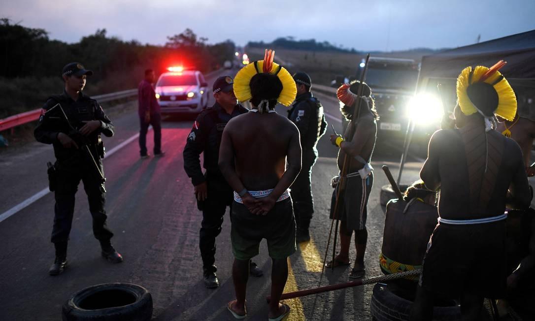 Indígenas Kayapó conversam com policiais durante bloqueio da BR-163. Segundo o instituto Kabu, há apenas um médico e os testes rápidos só chegaram em junho. Oficialmente 403 indígenas já foram infectados e quatro morreram – todos anciãos Foto: LUCAS LANDAU / REUTERS