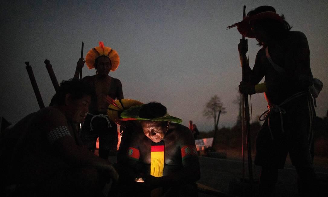 Kayapó checa o telefone, durante a noite de segunda-feira, quando começou o bloqueio Foto: JOAO LAET / AFP